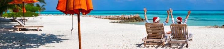 Coppie alla spiaggia tropicale Fotografie Stock Libere da Diritti