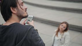 Coppie allegre che prendono selfie in parco verde, foto di modo della presa dell'uomo sul telefono dell'amica stock footage