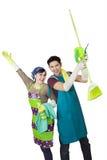 Coppie allegre con gli strumenti di pulizie di primavera Immagini Stock Libere da Diritti