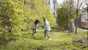 Coppie allegre divertendosi nel parco archivi video
