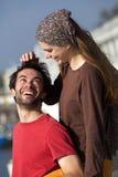 Coppie allegre giovani felici che sorridono insieme all'aperto Fotografia Stock