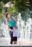Coppie allegre in una fontana Immagini Stock