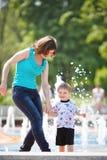 Coppie allegre in una fontana Fotografia Stock Libera da Diritti