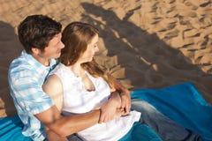 Coppie amorose alla spiaggia Immagine Stock Libera da Diritti