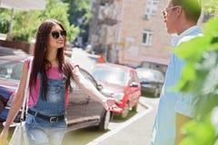 Coppie amorose allegre che camminano nella città Immagini Stock Libere da Diritti