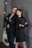 Coppie amorose attraenti in un interno alla moda fotografie stock