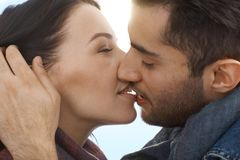 Coppie amorose che baciano con la passione Fotografia Stock Libera da Diritti