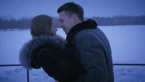 Coppie amorose che baciano sulla via nell'inverno archivi video