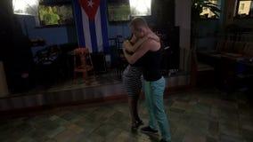 Coppie amorose che ballano ballo latino caldo archivi video