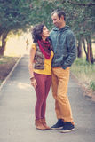 Coppie amorose che camminano e che abbracciano nel parco Fotografia Stock Libera da Diritti