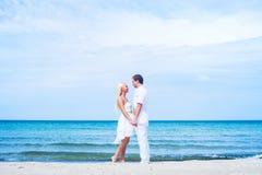 Coppie amorose che camminano e che abbracciano su una spiaggia di estate fotografie stock