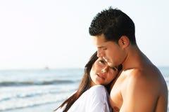 Coppie amorose che esaminano l'orizzonte Fotografia Stock Libera da Diritti