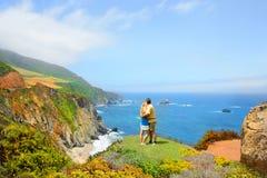 Coppie amorose che godono di bello Mountain View immagini stock