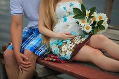 Coppie amorose che prevedono bambino Fotografie Stock Libere da Diritti