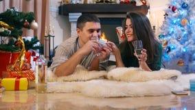 Coppie amorose che scambiano i regali ed i saluti stock footage