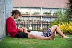 Coppie amorose che si rilassano nell'hotel Immagine Stock Libera da Diritti