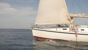 Coppie amorose che si trovano sull'yacht in mare Vacanza di lusso sulla barca di mare stock footage