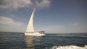 Coppie amorose che si trovano sull'yacht in mare Vacanza di lusso sulla barca di mare archivi video