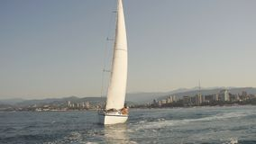 Coppie amorose che si trovano sull'yacht in mare Vacanza di lusso sulla barca di mare video d archivio