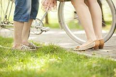 Coppie amorose con la bicicletta Immagine Stock Libera da Diritti
