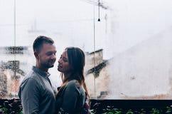Coppie amorose contro lo sfondo della finestra Immagine Stock