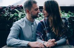 Coppie amorose contro lo sfondo della finestra Fotografia Stock Libera da Diritti
