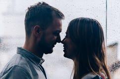 Coppie amorose contro lo sfondo della finestra Immagine Stock Libera da Diritti