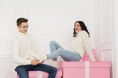 Coppie amorose degli anni dell'adolescenza e dei regali Fotografia Stock Libera da Diritti
