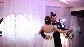 Coppie amorose della persona appena sposata che ballano il primo ballo alle nozze archivi video