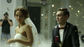 Coppie amorose della persona appena sposata che ballano il primo ballo alle nozze protette con i coriandoli archivi video