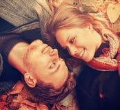 Coppie amorose felici che si trovano sulle foglie di autunno, primo piano Immagine Stock Libera da Diritti