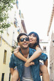Coppie amorose felici Giovane felice che trasporta sulle spalle la sua amica Immagini Stock Libere da Diritti
