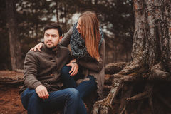 Coppie amorose felici sulla passeggiata accogliente nella foresta di autunno immagini stock libere da diritti