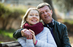 Coppie amorose mature nel parco di primavera Fotografia Stock Libera da Diritti