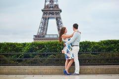Coppie amorose romantiche che hanno una data vicino alla torre Eiffel Immagini Stock Libere da Diritti