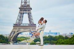 Coppie amorose romantiche che hanno una data vicino alla torre Eiffel Fotografie Stock