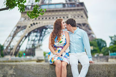 Coppie amorose romantiche che hanno una data vicino alla torre Eiffel Fotografia Stock Libera da Diritti