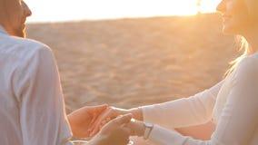 Coppie amorose sulla spiaggia stock footage
