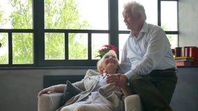 Coppie anziane amorose e felici in un appartamento moderno parlano e sorridono archivi video