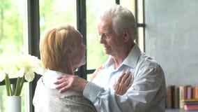 Coppie anziane amorose il marito sta sperimentando, cattive notizie provi incoraggiano sulla moglie e lo sguardo triste alla macc stock footage