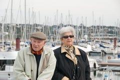 Coppie anziane che camminano al porto Immagini Stock Libere da Diritti