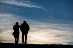 Coppie anziane che camminano sull'orizzonte Immagini Stock
