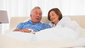 Coppie anziane che guardano TV archivi video