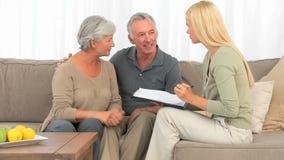 Coppie anziane che rispondono a poche domande stock footage