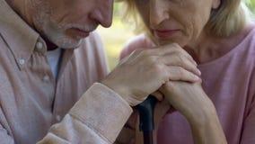 Coppie anziane che si appoggiano bastone da passeggio, forte matrimonio, supporto dei pensionati immagine stock libera da diritti