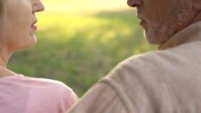 Coppie anziane che si guardano primo piano, comprensione reciproca, affetto immagini stock libere da diritti