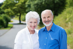 Coppie anziane che stanno in una strada rurale fotografia stock