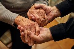 Coppie anziane che stringono le loro mani Fotografia Stock