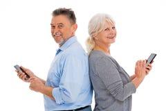 Coppie anziane divertendosi con la tecnologia Fotografie Stock