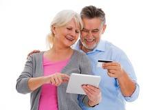 Coppie anziane divertendosi con la tecnologia Fotografia Stock